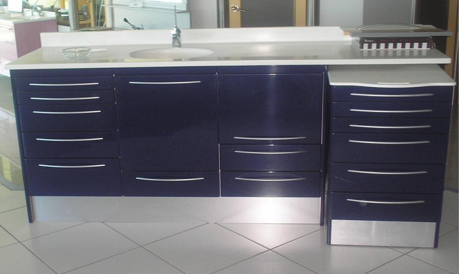 conjunto de muebles de madera lacado azul oscuro con